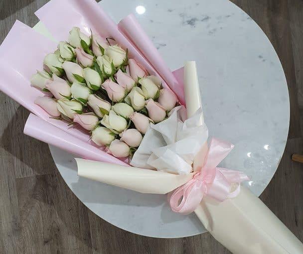 ורדים מדורג ורוד לבן